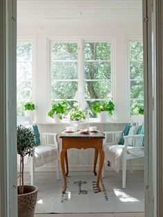 A curvy little table will be perfect to snack on on the glass veranda. Swedish Cottage, Swedish Decor, Swedish House, Cozy Cottage, Cottage Homes, Cottage Style, Interior Decorating, Interior Design, Porches