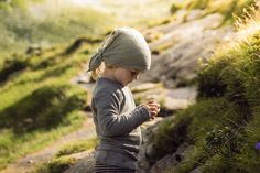 LIFEforFIVE-Wandern-mit-Kindern Kleine Kinderhände machen einen Stein mit Moos…