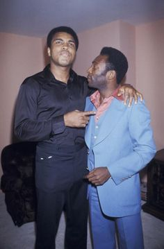 Boxing great, Muhammad Ali (left) chatting with the legendary soccer player, Pelé (right). Mohamed Ali, Sports Illustrated, Boxe Mma, Photos Rares, Sport Boxing, Float Like A Butterfly, Sport Icon, Soccer Stars, My People