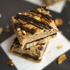 No-Bake Pecan Pie Bars! (Vegan, Paleo) With all the work involved to prepare Thanksgiving dinner, I figure we could all use a simple dessert recipe that doesn't involve the oven, for a change. All you need to make these treats is a blender or food processor! - Click image to find more popular food & drink Pinterest pins