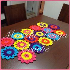 Caminho de mesa primavera floral. Medidas: 1mX45cm. Pode ser usado também como tapete. R$100,00. Feito por encomenda. As cores podem variar conforme seu gosto. Contato por inbox, e-mail marcela.v.braga@gmail.com ou Whatsapp 11-94198-9799