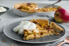 Oppskrift på eplepai med karamell. Drink, Baking, Food, Pai, Caramel, Beverage, Bakken, Meals, Backen