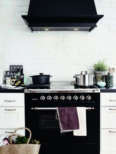 Gasumin musta kaasuliesi terävöittää valkoisen, maalaisromanttisen keittiön sisustusta. #habitare2014 #design #sisustus #messut #helsinki #messukeskus