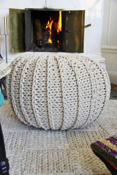 DIY Inspiration - Knitted Pouf and rug Diy Tricot Crochet, Crochet Home, Knitting Projects, Crochet Projects, Sewing Projects, Love Knitting, Knitting Patterns, Knit Pillow, Creation Couture
