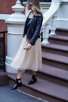 Outfit: Goldener Tüllrock X Cut-out Boots Goldener Tüllrock Mehr Fashion Mode, I Love Fashion, Skirt Fashion, Fashion Dresses, Womens Fashion, Mode Outfits, Skirt Outfits, Style Parisienne, Skirts With Boots