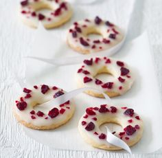 Basque cherry cake with black cherries - Healthy Food Mom Small Desserts, Sweet Desserts, Sweet Recipes, Gourmet Recipes, Cookie Recipes, Dessert Recipes, Sweet Bar, Cranberry Cookies, Czech Recipes