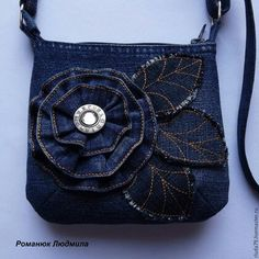 Women and girl blue recycled jeans bag. Original bags of jeans, tapestry, yarn by Sacs Tote Bags, Denim Tote Bags, Denim Handbags, Denim Purse, Artisanats Denim, Blue Jean Purses, Shoulder Handbags, Shoulder Bag, Diy Bags Purses