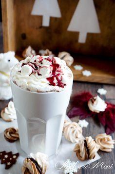 Heiße Gewürzmilch mit Amarenakirschen, Sahne und Mini-Marshmallows
