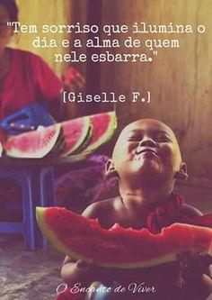 """""""Tem sorriso que ilumina a alma e o dia  de que nele esbarra.""""                              ( Gissele F. )"""