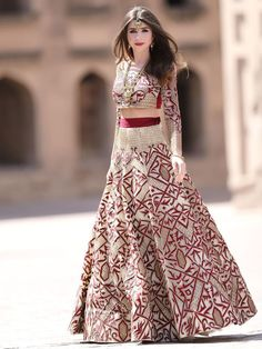 Check out latest Pakistani bridal nikah dresses collection There are varieties in Nikah dress designs. multi-colored as well as white Nikah dress on the wedding ceremony. Indian Bridal Photos, Indian Bridal Fashion, Pakistani Bridal Dresses, Indian Dresses, Indian Outfits, Lehenga Choli Designs, Lehenga Choli Wedding, Lengha Choli, Choli Dress