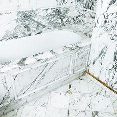 never too much marble. all white marble Unusual Bathrooms, Chic Bathrooms, Dream Bathrooms, Beautiful Bathrooms, Bathroom Design Inspiration, Bathroom Interior Design, Interior Decorating, Sweet Home Design, Mid Century Modern Bathroom
