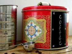 homework: creative inspiration for home and life: Upcycling: cookie tin to coffee bin Vintage Tins, Upcycled Vintage, Repurposed, Mother Daughter Crafts, Upcycled Crafts, Diy Crafts, Chalkboard Vinyl, Label Shapes, Coffee Tin
