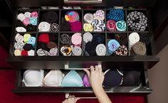 Saiba como manter calcinhas, sutiãs e meias em ordem: confira dicas de como dobrar, como arrumar a gaveta e aprenda a fazer seus próprios organizadores.