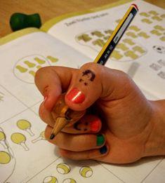 Richtige Stifhaltung mit Schreibhilfe. Rechnen, Schreiben und Lesen klappt einwandfrei, aber mit der richtigen Stifthaltung funktioniert es nicht richtig? Ich zeige euch wie ihr euer Kind zu Hause mit ein paar kleinen Tricks unterstützen könnt.
