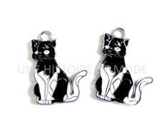Lot de 2 Breloques chat en métal et email blanc et noir 28 x 21 mm  breloque chat , animal , bijoux , diy