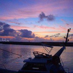 【maayublue】さんのInstagramをピンしています。 《2017.1.30  #久部良漁港 からの #夕暮れ  過去pic okinawa yaeyama yonaguni island ✤ こんばんは 今日の与那国、 朝のうちは晴れてたのに、 徐々に厚い雲が多くなりどんよりの空。夕方にはいっときの雨。 安定しない天気が続いてます。( ˘•ω•˘ ).。oஇ ✤ picは過去pic夏の日の夕暮れ。 夕陽が沈んだ後、まだ青空が残る空に柔らかい色のグラデーション 漁船がシルエットに。 ✤ 今日も一日お疲れ様でした〜 (。・ˇ꒳ˇ・)ノ ªʳⁱ૭ªᵗ°✩ ✤ #thewesternmostislandofjapan  #okinawa #yaeyama #yonaguni #沖縄 #八重山 #与那国 #日本最西端 #海 #空 #雲 #青 #ブルー #青空  #久部良漁港 #blue #sky #sea #cloud #漁船 #船着場 #夕暮れ #シルエット #空色 #紫 #パープル #ピンク #オレンジ #グラデーション ✤》