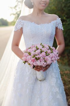 Isabel :)  #wedding #weddingphotography #bride #bridalgown #bouquet #pinkbouquet #beautiful #sunny #bright #weddingday #weddingdress #weddinggown #alecksmutucphotography