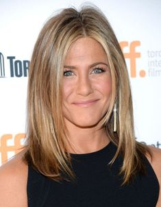 How Jennifer Aniston Got So Glowy for the TIFF Premiere of 'Cake' - The Skincare Edit Jennifer Aniston Style, Jennifer Aniston Makeup, Jennifer Aniston Pictures, Jeniffer Aniston, Color Rubio, Lob Haircut, Hair Color And Cut, Hair Images, Blonde Color