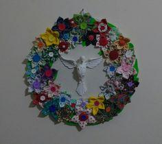 Mandala do Divino Espírito Santo com aplicação de fuxicos de tecidos diversos com botões. Pode ser colocada na parede ou na porta.