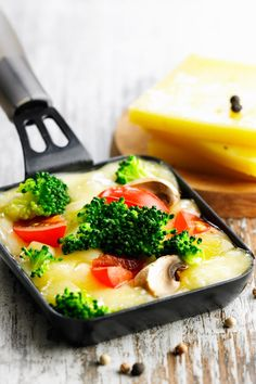 Raclette filled with fresh, colorful vegetables Vegetable Pizza Recipes, Raclette Recipes, Healthy Pizza Recipes, Gnocchi Pesto, Spicy Pizza, Naan Pizza, Colorful Vegetables, Thin Crust Pizza, Italian Recipes