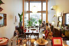 キッチンから南方向を見る。柱の間に見えるX形の細いスチール材によって、壁無しで見通せる筒状の空間になっている。