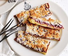 Chunky raspberry jam and toasty coconut flakes are a match made in heaven - no wonder raspberry coconut slice is a classic! Raspberry Coconut Slice, Oat Slice, Lithuanian Recipes, 4 Ingredient Recipes, Easy Sweets, Chocolate Topping, Roasted Almonds, Healthy Cake, Sweet Cherries
