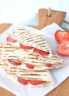 een heerlijk toetje van de bbq: de aardbeien-roomkaas quesedilla. Snel gemaakt en fantastisch lekker! Perfecte afsluiter van de barbecue.