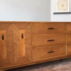 Fabulous American credenza / sideboard in ash with maple veneered panels on the drawers and doors. Extensive storage with 9 drawers.