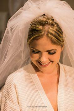 Coque alto e véu no topo para a noiva Joyce