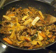 Strimlad biff med bambuskott och champinjoner - Recept - Matklubben.se Wok, Japchae, Love Food, Food And Drink, Chicken, Ethnic Recipes, God Mat, Nice, Recipes