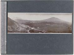 Anonymous | De weg van Padang naar Fort de Kock, Anonymous, 1930 - 1939 | Zwart albumblad met een panoramafoto van de weg van Padang naar Fort de Kock. Onderdeel van het losbladig fotoalbum over de Fraters van Tilburg op Celebes en Sumatra.