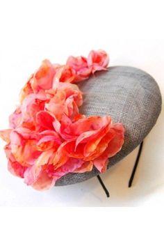 tocado de flores rosas y coral sobre base tipo sombrero boina para look de invitada de taneke en apparentia