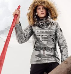 A unique, glossy reinterpretation of the iconic Skidoo pull-over jacket. This special women's version shares the same high performance details and qualities as its counterpart for men: a convenient side zip that opens all the way up to the armpit for maximum comfort and easy access, adjustable hood, waist and cuffs for maximum protection against the elements and a roomy front kangaroo pocket with a practical Velcro® closure.