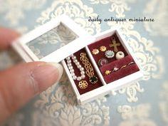 Miniature by Yoko Serizawa. http://daily-antiques.ocnk.net/