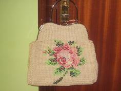Bolso de ganchillo con rosa a punto de cruz