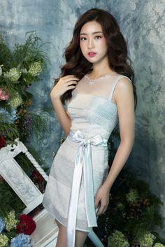 Hoa hậu Mỹ Linh,Sắc xanh xám được Đỗ Long khai thác qua phom váy chữ A cổ điển với điểm nhấn là chiếc nơ ở phần eo.