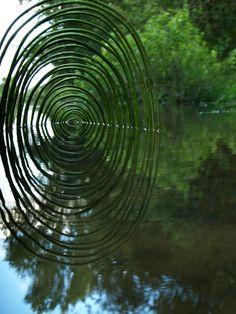 """""""Wild Idea"""", ou les créations de land art de l'artiste françaisLudovic Fesson, qui utilise les matériaux ramassés sur place pour imaginer des structures g"""
