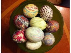Looking for a creative way to dye Easter eggs? Using silk ties is easy and the finished product is stunning!