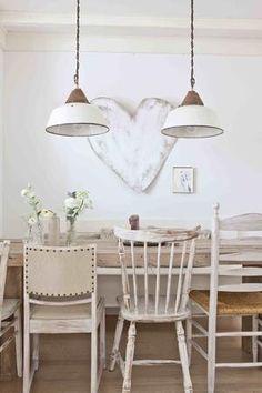 Bekijk de foto van Tiara met als titel Houten eettafel met verschillende stoelen in wittinten. De lampen passen er perfect bij. en andere inspirerende plaatjes op Welke.nl.