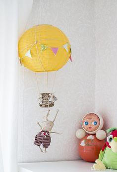 Lastenhuoneen iloisia yksityiskohtia. Loistoidea on itse askarreltu kuumailmapallo!