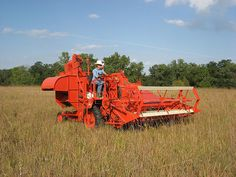 Allis-Chalmers 100 All-Crop Harvester Antique Tractors, Vintage Tractors, Old Tractors, Vintage Farm, Agriculture Photos, Agriculture Farming, Miss The Old Days, Harvest Day, Allis Chalmers Tractors