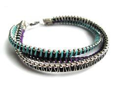 *Ein dreireihiges, farbenfrohes Armband aus Leder mit silberfarbenen Perlen.*