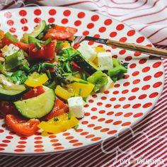 Für alle Feta Liebhaber: Wenn es Mittags oder Abends schnell gehen soll, oder die Lust zu kochen klein ist, passt die bunte Paprikapfanne mit Feta perfekt. Mit nur wenigen Zutaten ist sie super schnell zubereitet und super lecker.Knackiges Gemüse, frische Kräuter und würziger Fetakäse schmecken zu jeder Tageszeit richtig gut.      …