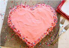 """За един празник на дете, тортата е най-важното и основно за децата. Какво по-хубаво от една детска усмивка резултат от твоите усилия в кухнята. Една торта с форма на """"сърце"""" е един прекрасен завършек на денят."""