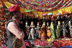 Dilli Haat, where artisans come to sell their wares, has three branches across Delhi. Find out about this huge Delhi market and where to visit it. Delhi Shopping, India Shopping, Delhi Haat, Delhi Market, Festivals Of India, Cool Things To Buy, Good Things, India People, Historical Monuments