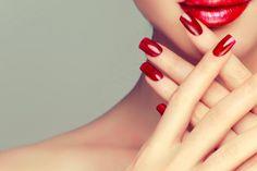 Polverigi: Pacchetto manicure con smalto semipermanente oppure ricopertura gel...a soli 18 €