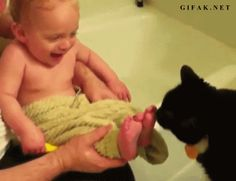 The time a cat showed a baby the right way to do bathtime. | The 33 Most Joyful Things That Ever Happened