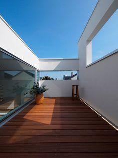北側道路により有利な高度斜線と天空率の緩和によりモダンで端正な外観を作り出しています。大空間のリビング上部中心にトップライトを備え、その周囲に子供室2室やルーフテラスが控えることで、リビングの中心性、求心性がより強くなっています。 家の中のどこに居ても家族の気配が感じられ、活動の様子を伺える愉しい住宅です。 http://www.youtube.com/watch?v=SWU-gzc1Qq8 http://www.youtube.com/watch?v=Yiz35CHNtqA http://allabout.co.jp/gm/gc/400537/?fb_action_ids=418451071553264&fb_action_types=og.likes&fb_source=aggregation&fb_aggregation_id=246965925417366 http://www.houseco.jp/work/detail/12796/146634