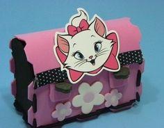 LIndo enfeite de mesa ou lembrancinha confeccionado em eva e personagem em papel fotografico brilhante de alta qualidade. <br>Pode ser usado como lembrancinha para fim de festa ou como enfeite de mesa para 4 ou 8 convidados. <br> <br>Pode ser personalizado com o nome da crianca ou idade, consulte nos. <br>Pedido minimo de 20 unidades. Hello Kitty, Gata Marie, Lunch Box, Crafts, Fictional Characters, Character, Embellishments, Party, Being Used