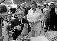 Tasavallan presidentti Urho Kekkonen vierailee Marimekon uuden tehtaan avajaisissa Kiteellä 26. elokuuta 1974, Armi Ratia kuvassa oikealla.